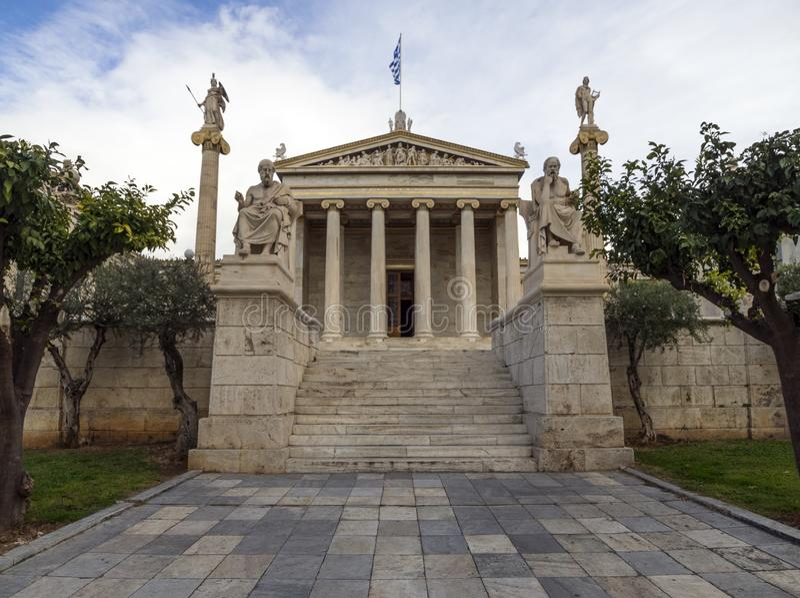 La costruzione dell'accademia di Atene una colonna di marmo con sculture di Apollo e di Atena, Socrates e Platone contro la a con fotografia stock libera da diritti
