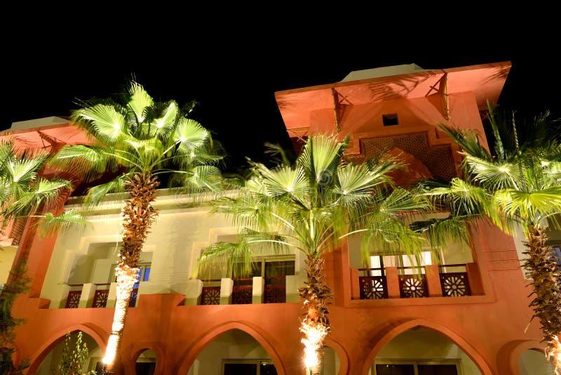 La costruzione dell'albergo di lusso nell'illuminazione di notte immagini stock