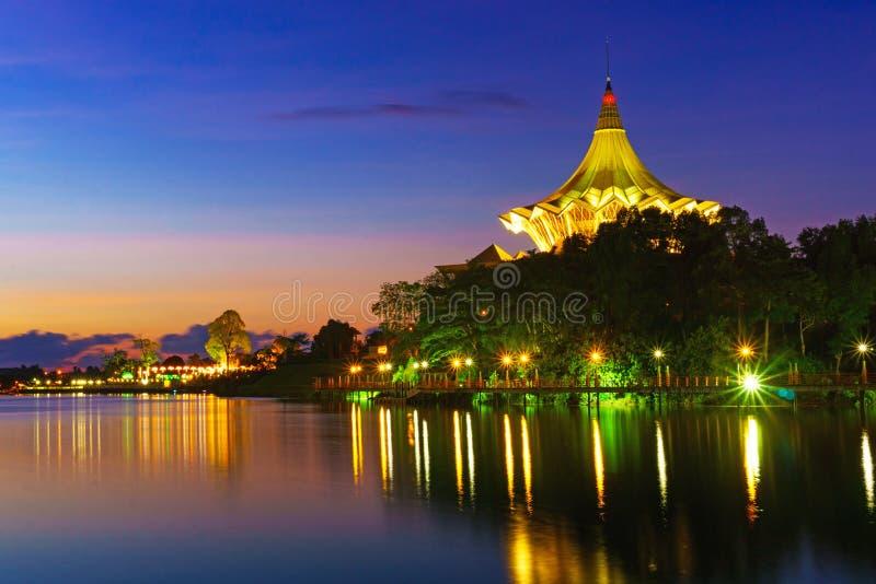La costruzione dell'assemblea legislativa dello stato di Sarawak all'alba immagine stock libera da diritti