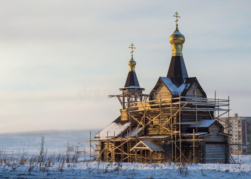 La costruzione della chiesa St Luke in Noril'sk immagini stock