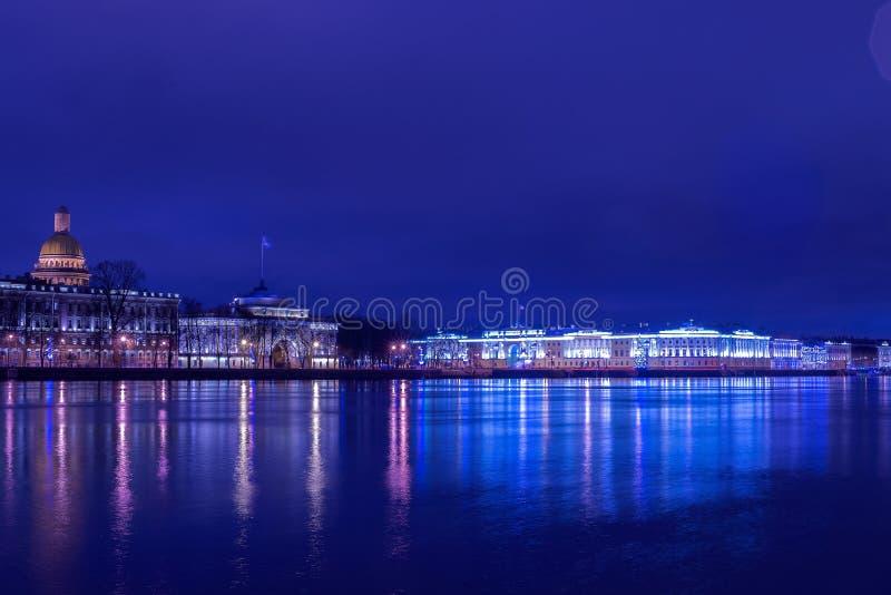 La costruzione della corte costituzionale nel ` s di festa si accende alla notte di Natale con il fiume Neva esente da ghiaccio fotografia stock libera da diritti