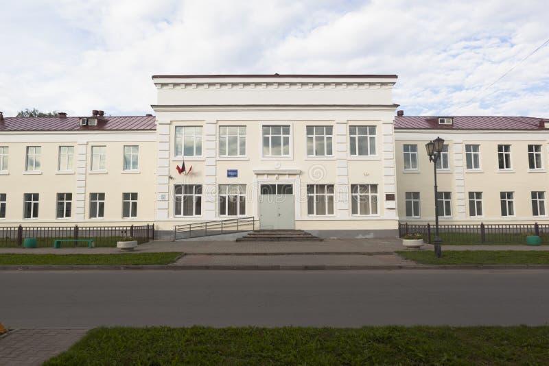 La costruzione della scuola secondaria numero 2 con il cadetto classifica in Veliky Ustyug, regione di Vologda fotografia stock