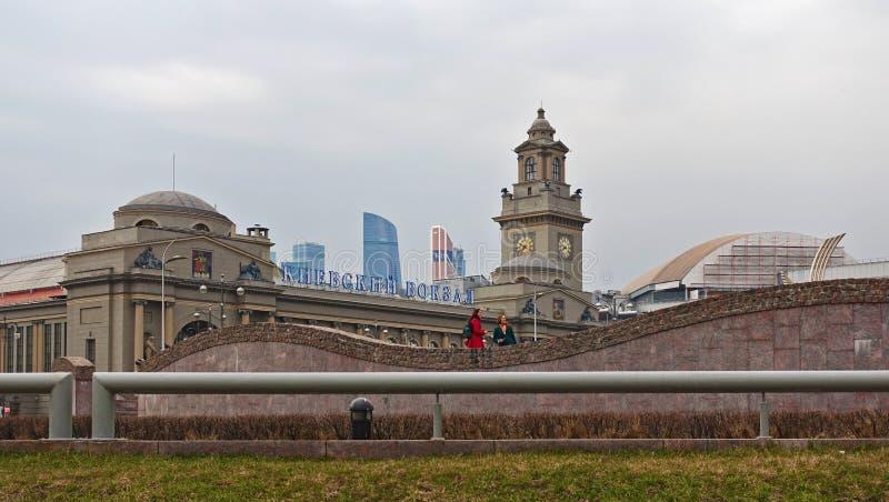 La costruzione della stazione di Kiev sul quadrato di Europa a Mosca fotografia stock libera da diritti