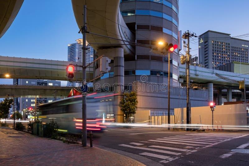 La costruzione della torre del portone in Osaka It è notevole per il offramp della strada principale all'uscita di Umeda che attr fotografia stock
