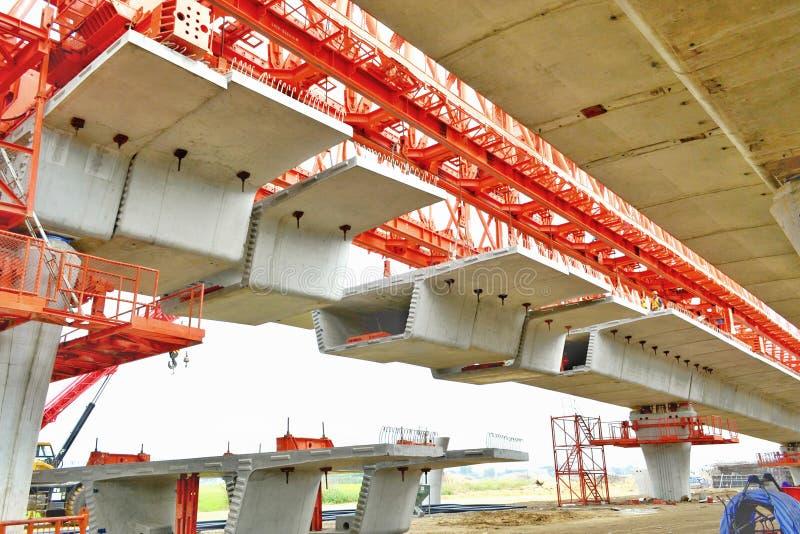 La costruzione di ponte, le travi a scatola del ponte ribassato pronte per costruzione, segmenti della portata lunga getta un pon immagine stock
