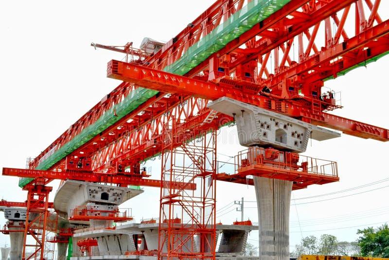 La costruzione di ponte, le travi a scatola del ponte ribassato pronte per costruzione, segmenti della portata lunga getta un pon fotografie stock libere da diritti