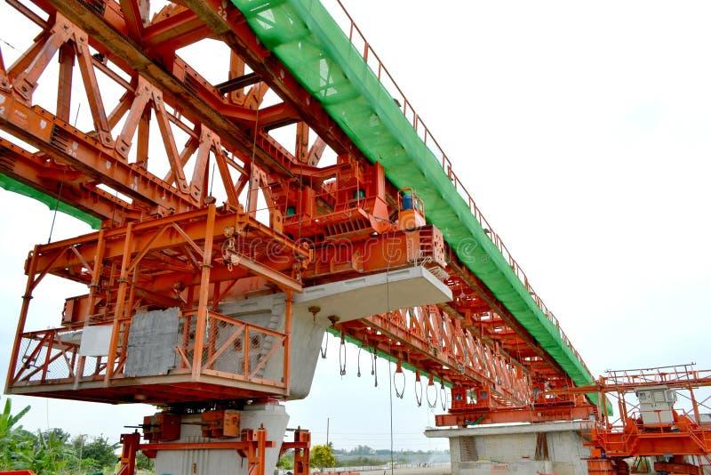 La costruzione di ponte, le travi a scatola del ponte ribassato pronte per costruzione, segmenti della portata lunga getta un pon immagini stock