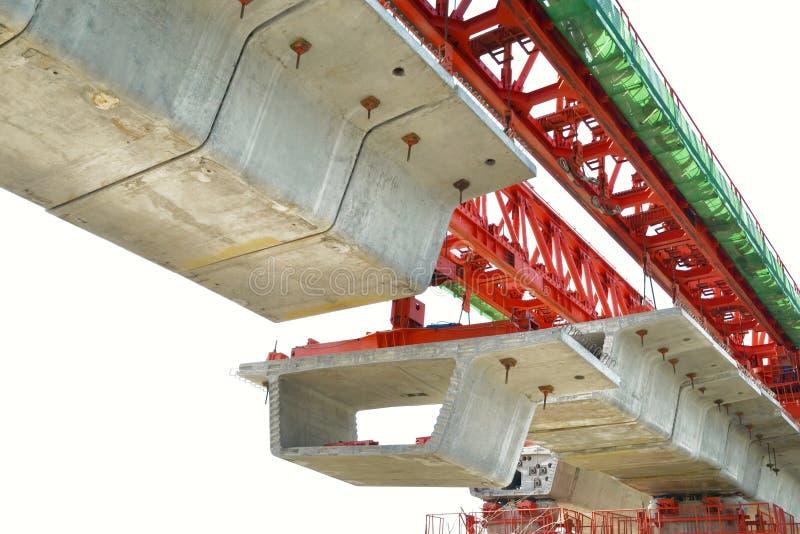 La costruzione di ponte, le travi a scatola del ponte ribassato pronte per costruzione, segmenti della portata lunga getta un pon fotografia stock