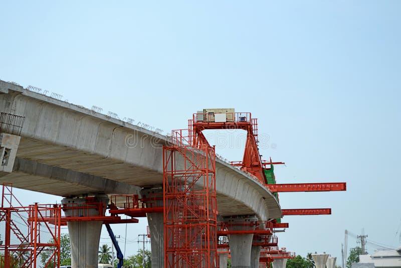 La costruzione di ponte, le travi a scatola del ponte ribassato pronte per costruzione, segmenti della portata lunga getta un pon fotografia stock libera da diritti