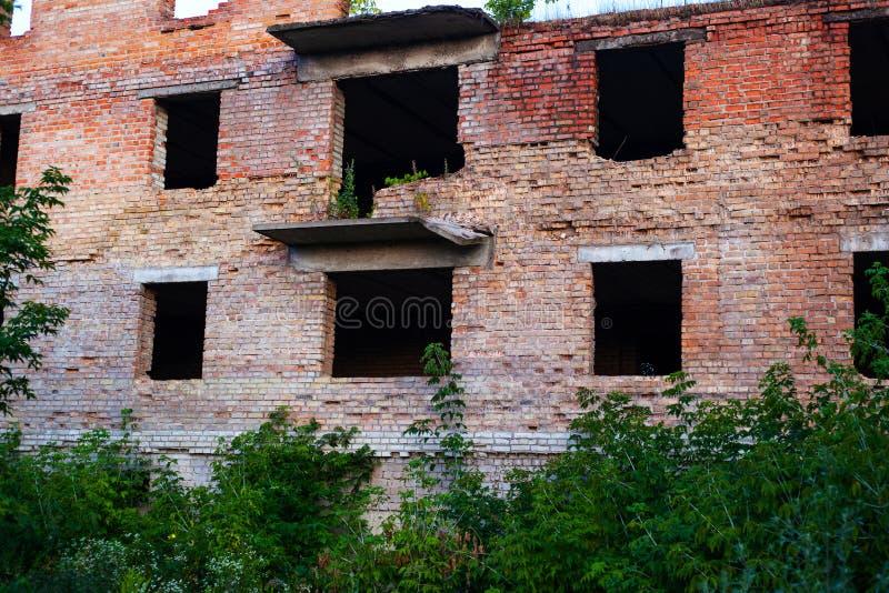 La costruzione di un supermercato su Donbass ha infornato e distrutto dall'armamento pesante è una costruzione di mattone rosso n immagine stock libera da diritti