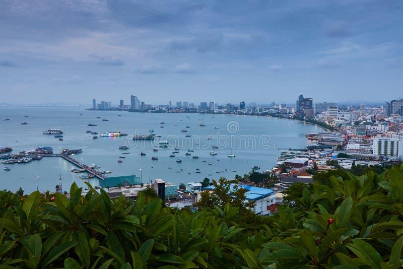 La costruzione ed i grattacieli nel tempo crepuscolare a Pattaya fotografia stock