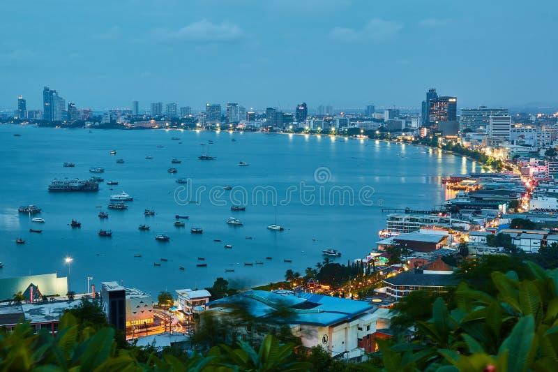 La costruzione ed i grattacieli nel tempo crepuscolare a Pattaya immagine stock libera da diritti
