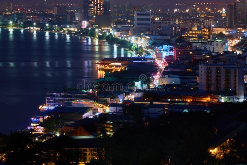 La costruzione ed i grattacieli nel tempo crepuscolare a Pattaya immagini stock libere da diritti