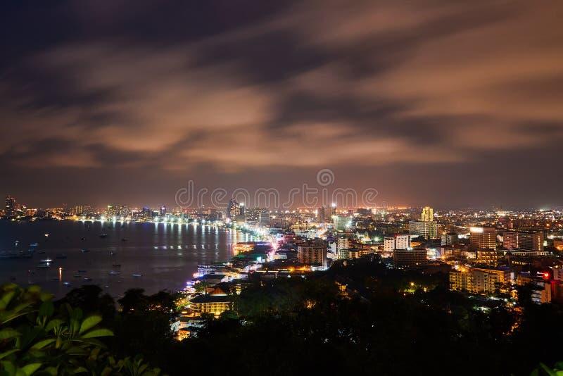 La costruzione ed i grattacieli nel tempo crepuscolare a Pattaya fotografia stock libera da diritti