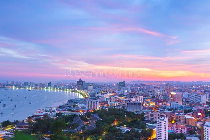 La costruzione ed i grattacieli nel tempo crepuscolare a Pattaya, Thailan fotografia stock