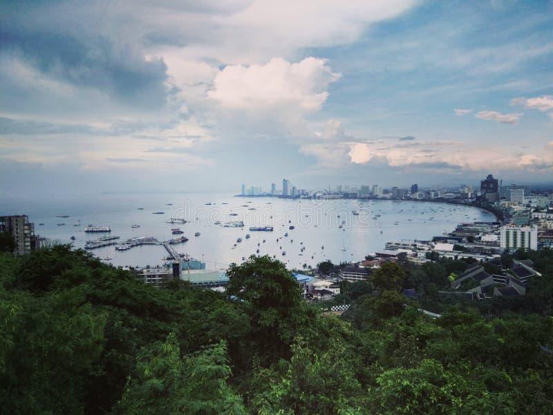La costruzione ed i grattacieli nel tempo crepuscolare a Pattaya, Thailan fotografie stock