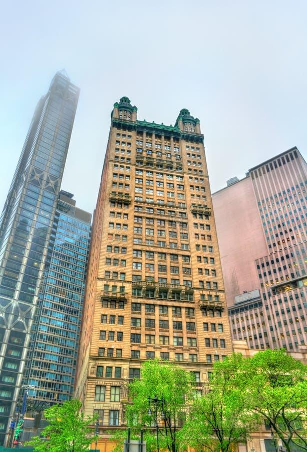 La costruzione nel Lower Manhattan, New York di fila del parco fotografia stock libera da diritti