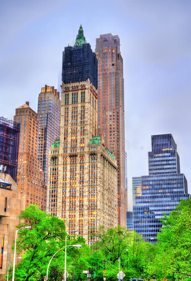 La costruzione nel Lower Manhattan, New York di fila del parco immagini stock