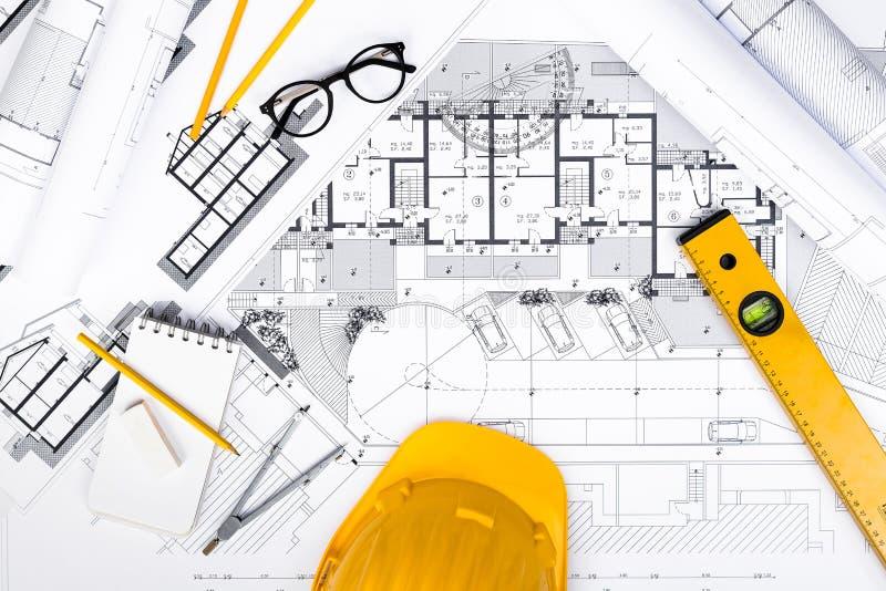La costruzione progetta con il disegno e gli attrezzi sui modelli immagini stock