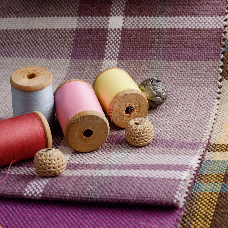 La costura de las fuentes, agujas, vintage scissors en el fondo colorido de la materia textil del yute fotos de archivo libres de regalías
