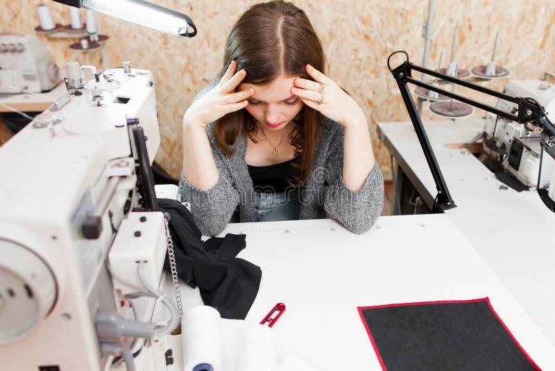 La costurera realizó que ella incurrió en equivocación, espacio de la copia foto de archivo libre de regalías