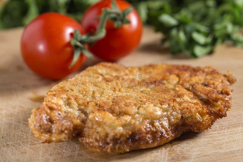La cotoletta impanata fritta ha potuto essere vitello, carne di maiale o pollo s fotografia stock libera da diritti