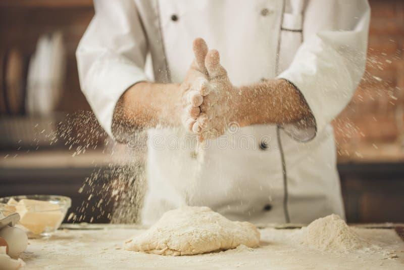 La cottura del cuoco unico del forno cuoce nel professionista della cucina fotografie stock
