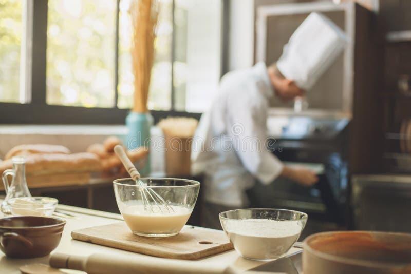 La cottura del cuoco unico del forno cuoce nel professionista della cucina fotografia stock libera da diritti