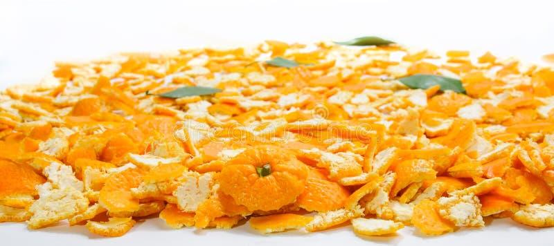 La couche de beaucoup de peaux de mandarine et de feuilles et de partie supérieure a centré dessus images stock