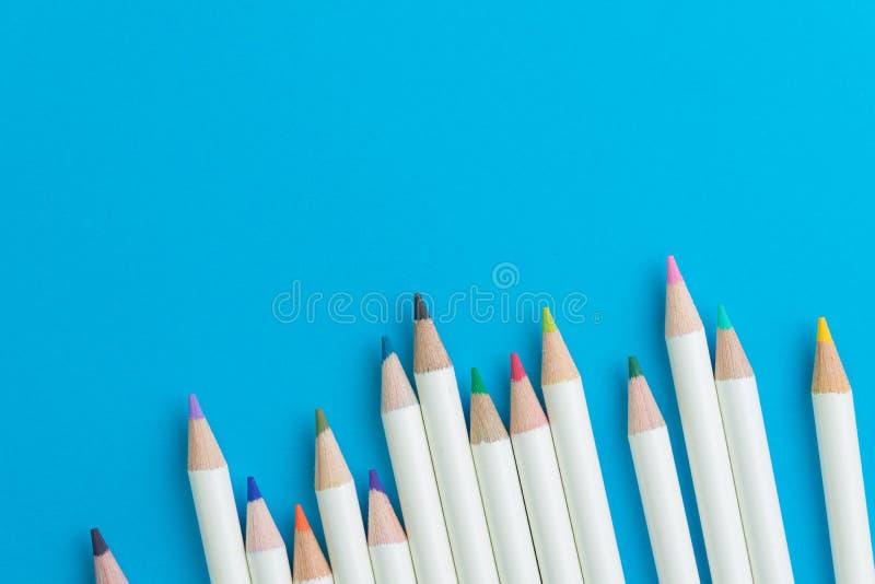 La couleur adulte de thérapie d'anti-effort crayonne sur le dos vif de papier bleu photographie stock libre de droits