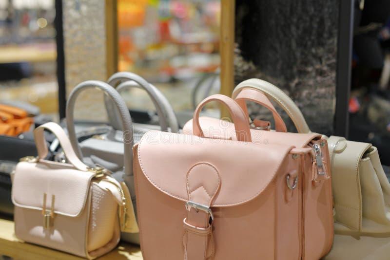 La couleur claire met en sac dans la boutique, l'adobe RVB photos stock