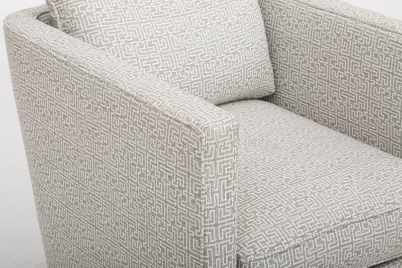 La couleur cr?me confortable a clout? le sofa de luxe arri?re avec le fond blanc - image courante image stock