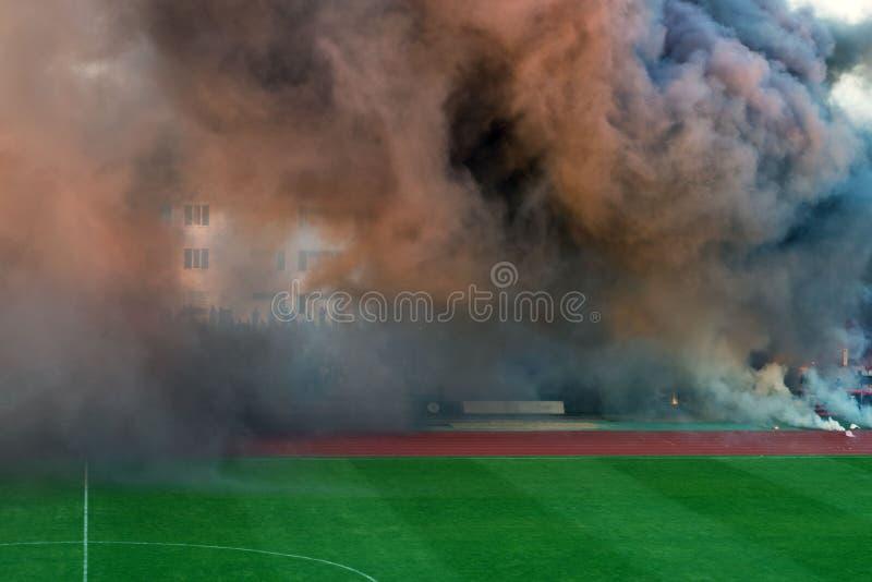La couleur de la fumée épaisse sur le terrain de football photographie stock libre de droits