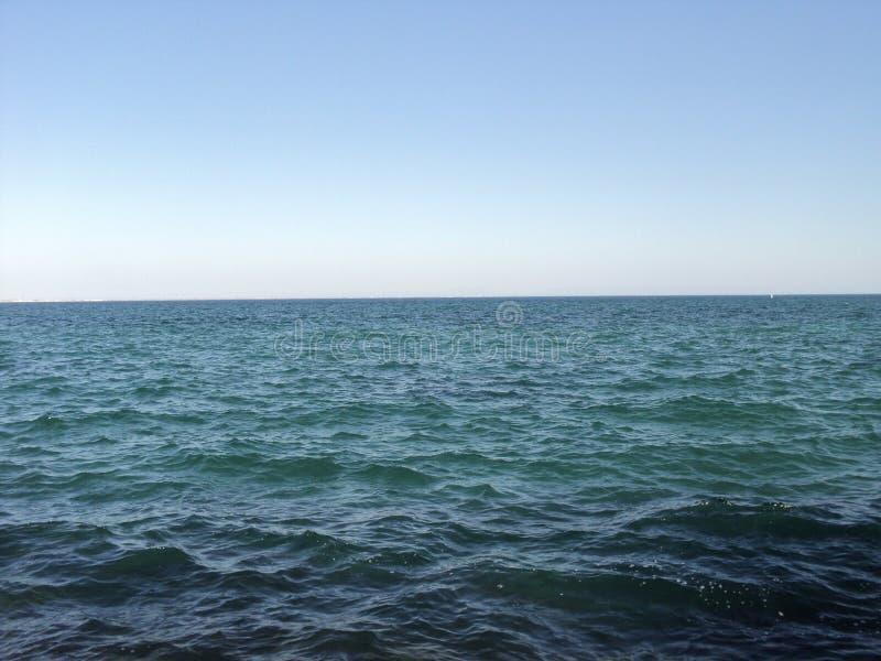 La couleur des vagues de mer du ciel vert d'horizon opacifie photographie stock libre de droits