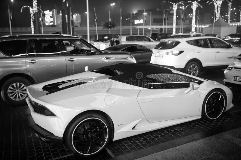 La couleur jaune huracan de Lamborghini de Supercar de luxe s'est garée à côté du mail de Dubaï Lamborghini est automobile chère  image stock