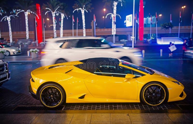 La couleur jaune huracan de Lamborghini de Supercar de luxe s'est garée à côté du mail de Dubaï Lamborghini est automobile chère  images stock