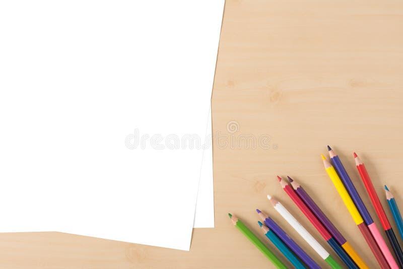 La couleur multiple crayonne sur la table en bois de texture photo libre de droits