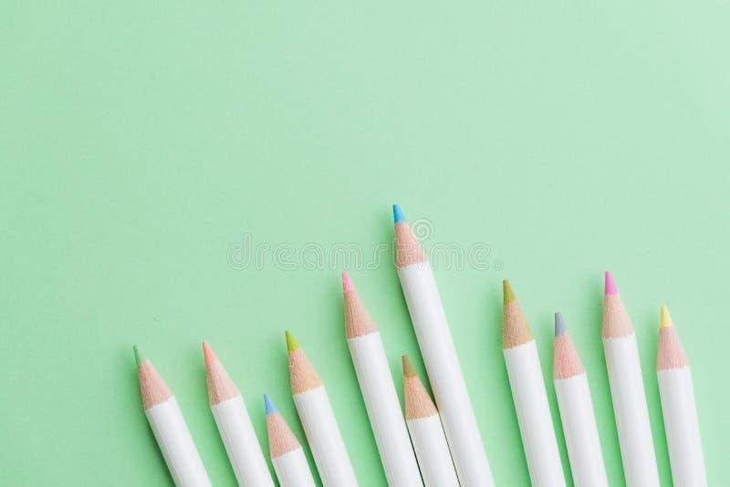 La couleur pâle mignonne crayonne sur le fond en pastel de Livre vert avec la Co photo stock