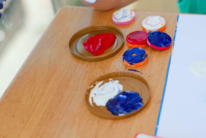 La couleur vive mélangée peint des timbres sur la table images libres de droits
