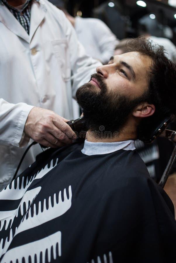 La coupe de cheveux du monsieur images libres de droits