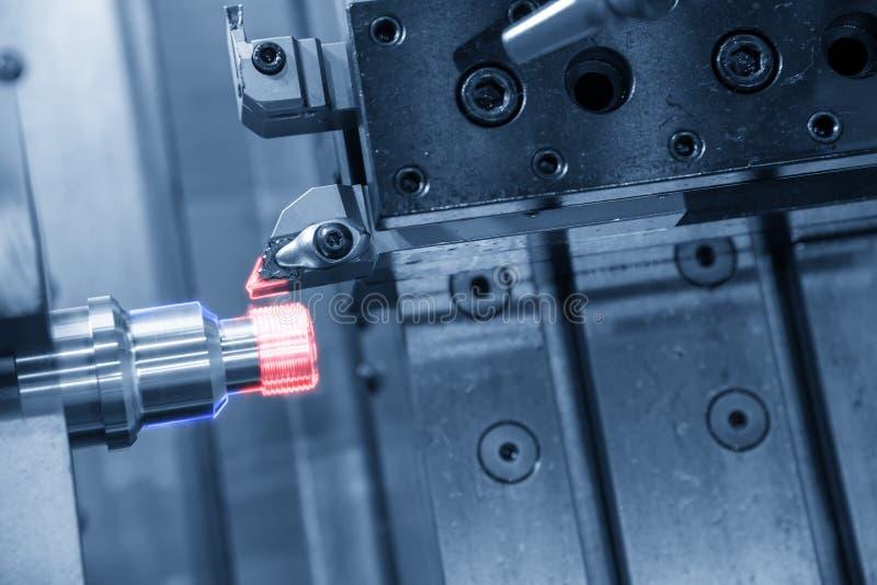 La coupe de fil de machine de tour de commande numérique par ordinateur aux pièces d'axe en métal avec l'effet de la lumière image stock