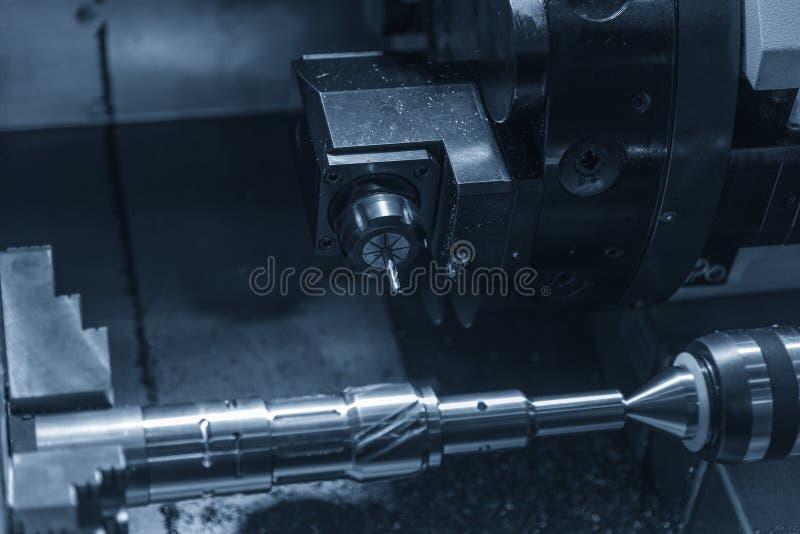 La coupe de machine de tour de commande numérique par ordinateur l'axe en acier photographie stock