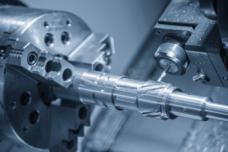 La coupe de machine de tour-moulin de commande numérique par ordinateur l'axe en acier avec l'axe de fraisage photographie stock libre de droits