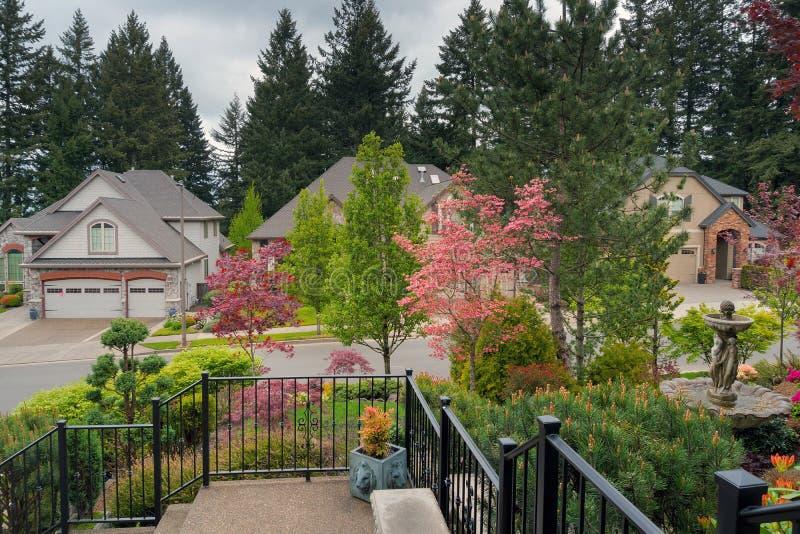 La cour à la maison d'entrée a aménagé le jardin en parc photographie stock