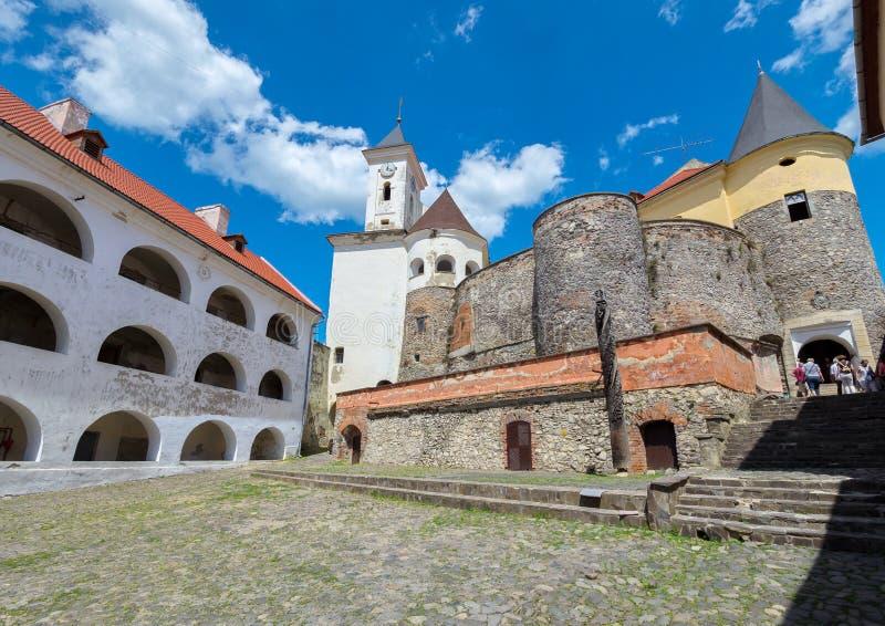 La cour de la forteresse antique est pavée avec la pierre Avec des touristes allant à la sortie sur les étapes des escaliers photo libre de droits