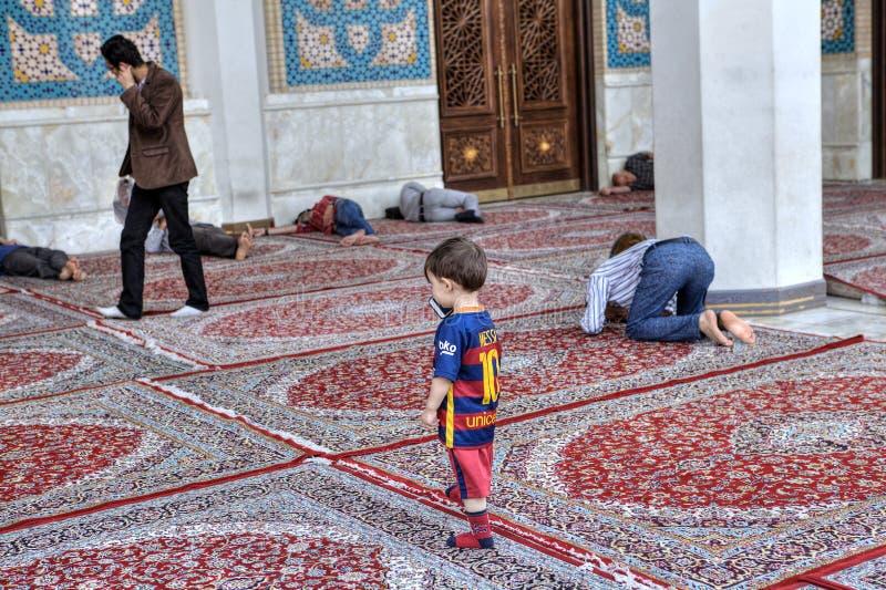 La cour de la mosquée iranienne, musulmans prient, dormant, promenade, Shira photos libres de droits