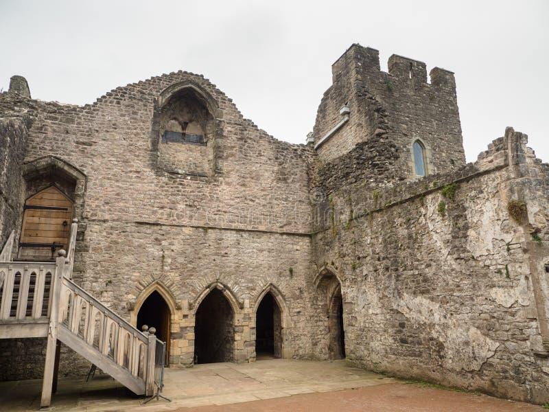 La cour intérieure à l'intérieur des ruines du château de Chepstow, Pays de Galles image libre de droits