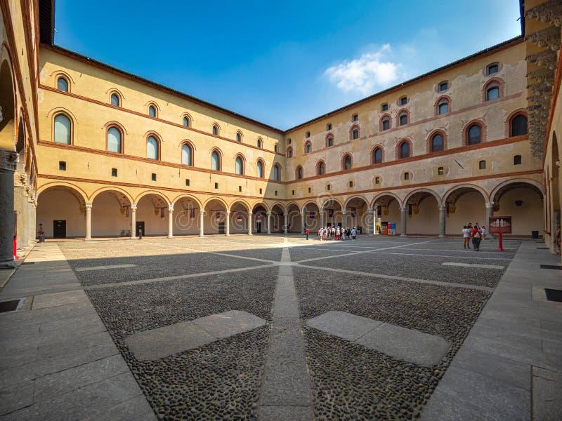 La cour intérieure de Castello Sforzesco de château de Sforza savent comme Rocchetta photos stock