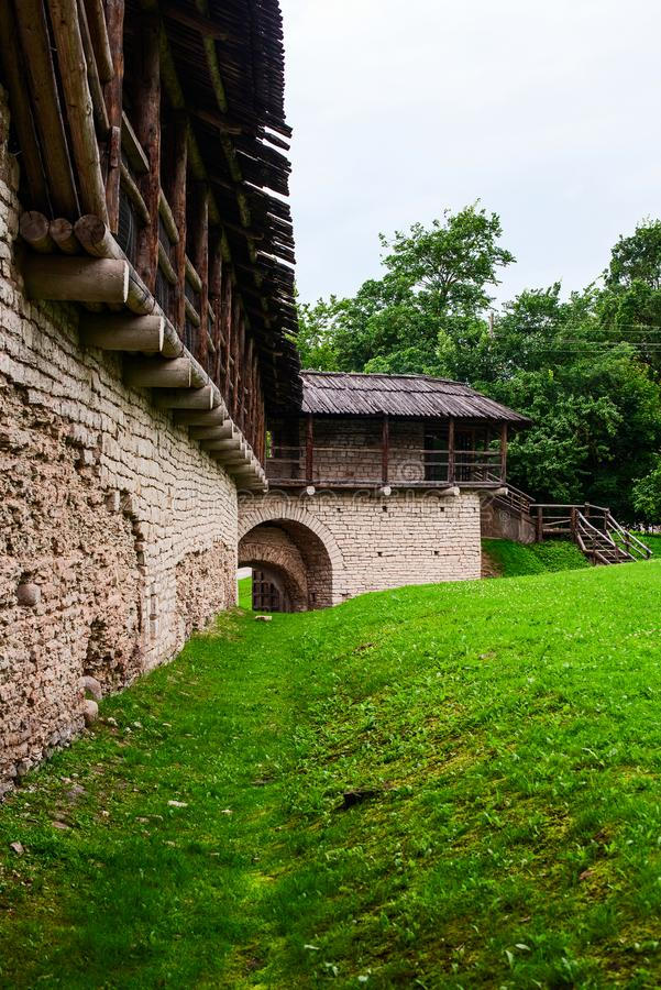 La cour intérieure est une forteresse antique avec un toit en bois image libre de droits