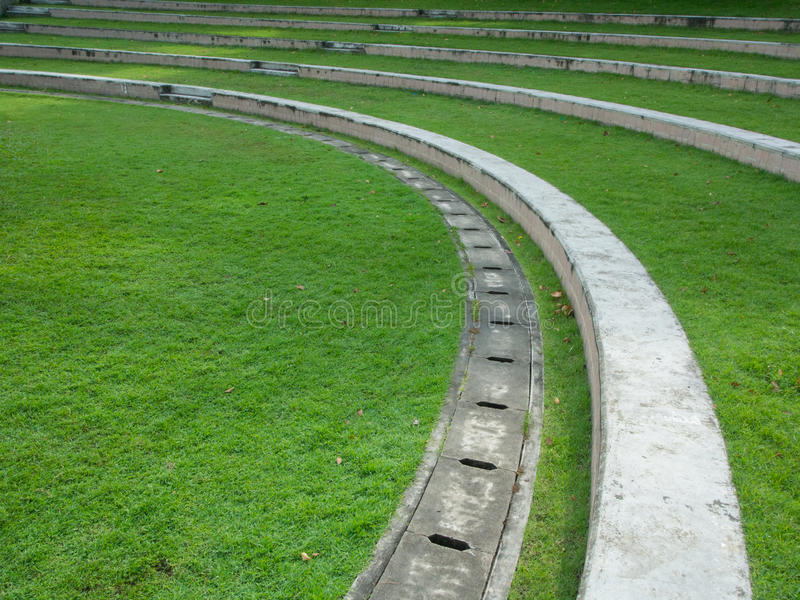 La cour verte extérieure dans les escaliers de parc courbent la ligne sabot de mais photo libre de droits